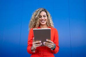 Mujer mirando tablet