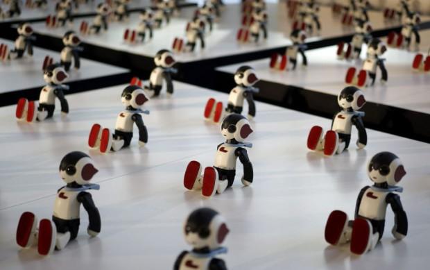 """JAPÓN ROBOTS:FRA09 TOKIO (JAPÓN) 20/01/2015.- Cien unidades del robot humanoide """"Robi"""" exhibidos durante un evento promocional por el lanzamiento del semanario Robi Magazine en Tokio (Japón) hoy, martes 20 de enero de 2015. Creados por el experto en robótica Tomotaka Takahashi, estos robots de 34 centímetros de alto puede reconocer y responder a más de 200 palabras y frases, caminar y bailar. El robot será puesto a la venta mediante la distribución periódica de sus componentes con los números de la revista para acabar con su ensamblaje tras 70 fascículos. EFE/Franck Robichon"""