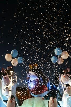 ESPAÑA CABALGATA REYES:GRA161. MADRID, 05/01/2015.- Una de las carrozas de la cabalgata de los Reyes Magos en Madrid, que al son de tambores, instrumentos de viento y cuerda y villancicos en clave de jazz ha iniciado su recorrido desde la zona de Nuevos Ministerios rodeada de miles y miles de niños y sus familias. Melchor, Gaspar y Baltasar cruzarán el Paseo de la Castellana hasta alcanzar la plaza de Cibeles en un gran desfile con 31 carrozas que estará ambientado en el mundo de la música y que honrará a sus Majestades de Oriente antes de una larga noche de trabajo. EFE/JuanJo Martín